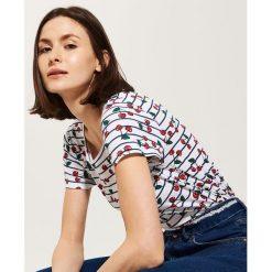 T-shirty damskie: T-shirt w wisienki – Biały