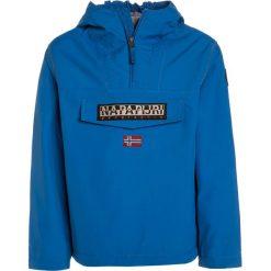 Napapijri RAINFOREST Kurtka zimowa mountain blue. Niebieskie kurtki chłopięce zimowe marki Napapijri, z bawełny. W wyprzedaży za 471,20 zł.