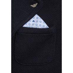 Armani Junior GIACCA Marynarka blu. Niebieskie marynarki męskie Armani Junior, z bawełny. W wyprzedaży za 591,20 zł.