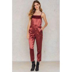 NA-KD Party Metaliczne spodnie prostymi nogawkami - Red,Copper. Czerwone spodnie z wysokim stanem NA-KD Party, z haftami, z poliesteru. W wyprzedaży za 80,98 zł.
