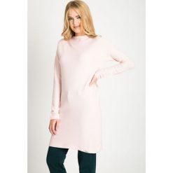 Jasnoróżowy długi sweter QUIOSQUE. Szare swetry klasyczne damskie QUIOSQUE, na zimę, s, z jeansu, z dekoltem w łódkę. W wyprzedaży za 69,99 zł.