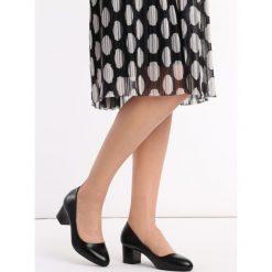 Czarne Czółenka Blanko. Czarne buty ślubne damskie Born2be, ze szpiczastym noskiem, na obcasie. Za 69,99 zł.