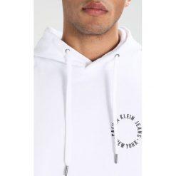 Calvin Klein Jeans HIRCLE Bluza z kapturem white. Białe bluzy męskie rozpinane Calvin Klein Jeans, l, z bawełny, z kapturem. W wyprzedaży za 449,10 zł.