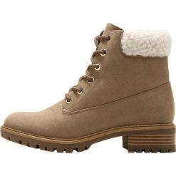 Dorothy Perkins MAXWELL Botki sznurowane taupe. Brązowe buty zimowe damskie marki Dorothy Perkins, z materiału, na sznurówki. W wyprzedaży za 146,30 zł.