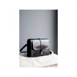 Torebka z drewnem R4 czarna. Czarne torebki klasyczne damskie Republic, w paski, z lakierowanej skóry, duże. Za 410,00 zł.