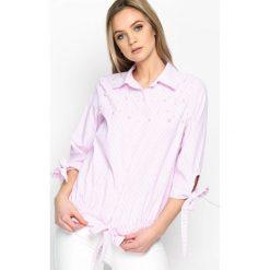 Różowa Koszula Stripy Pearled. Czerwone koszule wiązane damskie marki Born2be, s, w paski, klasyczne, z klasycznym kołnierzykiem. Za 39,99 zł.