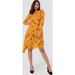 NA-KD Asymetryczna sukienka z falbankami - Orange,Multicolor. Czerwone długie sukienki marki Mohito, l, z materiału, z falbankami. W wyprzedaży za 60,89 zł.