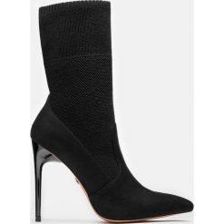 Czarne kozaki krótkie. Czarne buty zimowe damskie marki Kazar, z nubiku, przed kolano, na wysokim obcasie. Za 499,00 zł.
