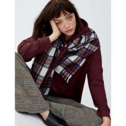Bluza z kapturem z prążkowanego materiału. Czerwone bluzy z kapturem damskie Pull&Bear, prążkowane. Za 59,90 zł.