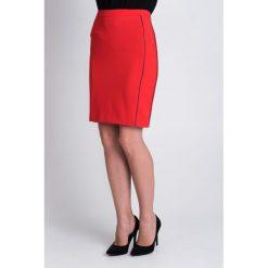 Czerwona spódnica midi  QUIOSQUE. Czerwone spódniczki dzianinowe marki QUIOSQUE, midi, ołówkowe. W wyprzedaży za 49,99 zł.