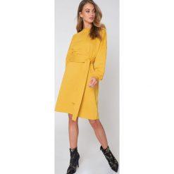 Długie sukienki: NA-KD Trend Sukienka oversize z wiązaniem w talii - Yellow