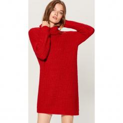Sukienka oversize z golfem - Czerwony. Czarne sukienki z falbanami marki Molly.pl, na jesień, uniwersalny, z wełny, z golfem, dopasowane. Za 169,99 zł.