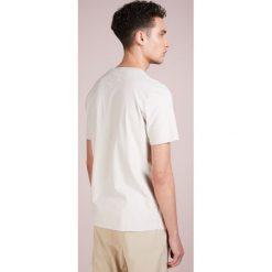 Folk PLEAT TEE Tshirt z nadrukiem silver grey. Szare koszulki polo Folk, l, z nadrukiem, z bawełny. Za 449,00 zł.