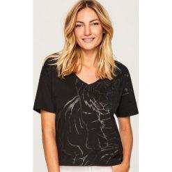 T-shirt ze zwierzęcym motywem - Czarny. Czarne t-shirty damskie marki Reserved, l, z motywem zwierzęcym. W wyprzedaży za 14,99 zł.