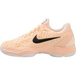 Nike Performance AIR ZOOM CAGE 3 HC Obuwie multicourt salmon. Czerwone buty sportowe damskie marki Nike Performance, z materiału, na golfa. W wyprzedaży za 384,30 zł.