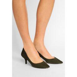Pura Lopez Czółenka militare. Zielone buty ślubne damskie Pura Lopez, z materiału. W wyprzedaży za 419,50 zł.