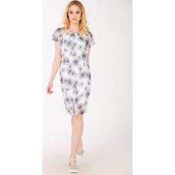 Romantyczna sukienka z kwiatowym motywem. Szare sukienki hiszpanki Monnari, z dekoltem na plecach, z krótkim rękawem, mini. Za 103,60 zł.