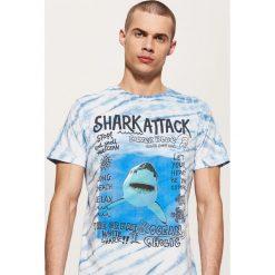 T-shirty męskie: T-shirt z rekinem – Wielobarwn
