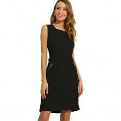 Sukienka w kolorze czarnym. Czarne sukienki marki Almatrichi, s, z okrągłym kołnierzem, midi, proste. W wyprzedaży za 159,95 zł.