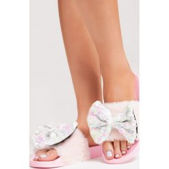 Różowe Klapki Undercover. Brązowe klapki damskie marki Born2be, z materiału, na obcasie. Za 49,99 zł.