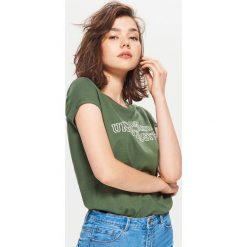 Koszulka z nadrukiem - Khaki. Brązowe t-shirty damskie marki Cropp, l, z nadrukiem. Za 19,99 zł.
