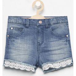 Jeansowe szorty z koronką - Niebieski. Niebieskie szorty jeansowe damskie marki Reserved, w koronkowe wzory. Za 59,99 zł.