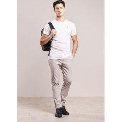 Chinosy męskie: Reiss FRISTON Spodnie materiałowe stone