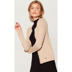 Dopasowany sweter z zapięciem na guziki - Beżowy. Brązowe swetry rozpinane damskie Mohito, l. Za 69,99 zł.