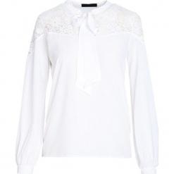 Biała Koszula Mysteriously. Białe koszule wiązane damskie marki Born2be, l, z tkaniny, dekolt w kształcie v, z długim rękawem. Za 59,99 zł.
