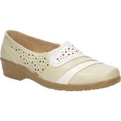 Beżowe półbuty na koturnie ażurowe Casu 2196-7. Czerwone buty ślubne damskie marki Casu, na słupku. Za 59,99 zł.