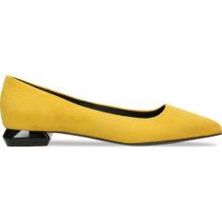 Baleriny ADORA. Żółte baleriny damskie zamszowe marki Gino Rossi, w geometryczne wzory. Za 189,90 zł.
