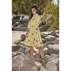 Wyjątkowa sukienka z efektownym wykończeniem żółty w kwiatki VERA. Żółte długie sukienki Lemoniade, na jesień, w kwiaty, z materiału, ze stójką, z długim rękawem. Za 249,90 zł.