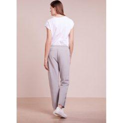 Emporio Armani Spodnie treningowe grey. Szare bryczesy damskie marki Emporio Armani, l, z nadrukiem, z bawełny, z okrągłym kołnierzem. W wyprzedaży za 351,60 zł.
