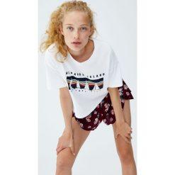 Koszulka z kolorowym nadrukiem łódek. Szare t-shirty damskie Pull&Bear, w kolorowe wzory, z dekoltem w łódkę. Za 49,90 zł.