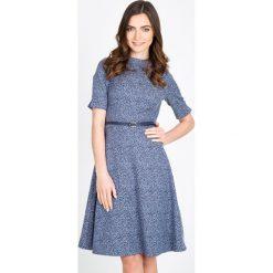 Niebieska rozkloszowana sukienka QUIOSQUE. Niebieskie sukienki mini marki QUIOSQUE, w paski, z żakardem, ze stójką, z krótkim rękawem, rozkloszowane. W wyprzedaży za 119,99 zł.