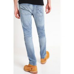 Abercrombie & Fitch Jeansy Slim Fit light destroyed. Niebieskie jeansy męskie relaxed fit marki Abercrombie & Fitch. W wyprzedaży za 327,20 zł.