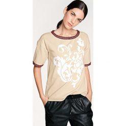 Koszulka w kolorze piaskowym. Brązowe bluzki oversize Heine, z nadrukiem, z okrągłym kołnierzem. W wyprzedaży za 108,95 zł.