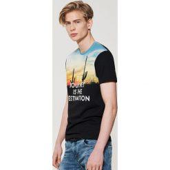 T-shirty męskie: T-shirt z fotonadrukiem i napisem – Czarny
