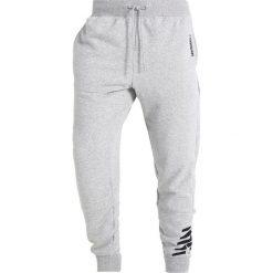 Spodnie dresowe męskie: New Balance ESSENTIALS GRAPHIC Spodnie treningowe athletic grey