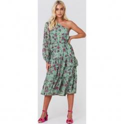 Andrea Hedenstedt x NA-KD Sukienka midi na jedno ramię - Multicolor. Szare sukienki na komunię marki Andrea Hedenstedt x NA-KD, z poliesteru, midi. W wyprzedaży za 64,78 zł.