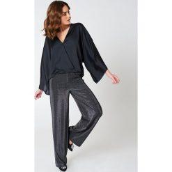 Bluzki asymetryczne: Hannalicious x NA-KD Kopertowa bluzka kimono - Black