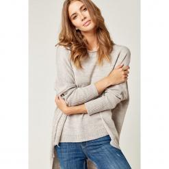 Sweter w kolorze beżowym. Brązowe swetry klasyczne damskie marki SCUI, z dekoltem w łódkę. W wyprzedaży za 129,95 zł.