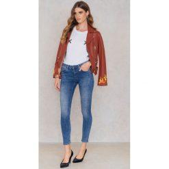 Rut&Circle Ciemnoniebieskie jeansy Victoria - Blue. Zielone jeansy damskie marki Rut&Circle, z dzianiny, z okrągłym kołnierzem. Za 183,95 zł.