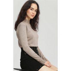 Ciemnobeżowy Sweter Remember. Brązowe swetry klasyczne damskie other, na jesień, l. Za 59,99 zł.