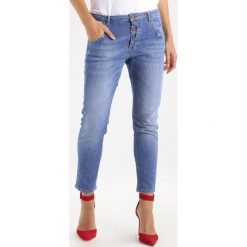 Mustang Jeansy Zwężane super stone washed. Niebieskie jeansy damskie marki Mustang, z aplikacjami, z bawełny. W wyprzedaży za 213,95 zł.