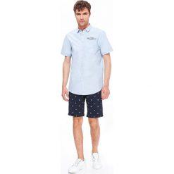 KOSZULA MĘSKA Z NADRUKIEM O KROJU REGULARNYM. Szare koszule męskie marki Top Secret, m, z klasycznym kołnierzykiem, z długim rękawem. Za 44,99 zł.