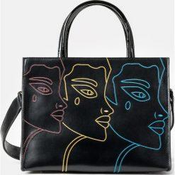 Czarna torebka damska. Czarne torebki klasyczne damskie marki Kazar, w paski, ze skóry, z tłoczeniem, z frędzlami. Za 899,00 zł.