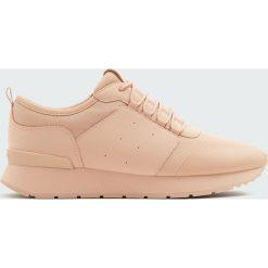 Jednobarwne sznurowane buty sportowe. Szare buty sportowe damskie Pull&Bear. Za 99,90 zł.