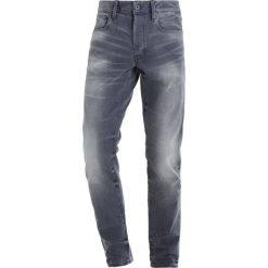 GStar 3301 SLIM Jeansy Slim fit light aged. Białe jeansy męskie relaxed fit marki G-Star, z nadrukiem. W wyprzedaży za 335,40 zł.
