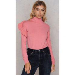NA-KD Sweter z golfem i falbaną - Pink. Różowe golfy damskie NA-KD, z elastanu. W wyprzedaży za 58,78 zł.